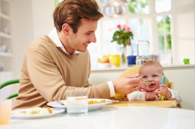 Во сколько дети начинают кушать сами?. Семья и дети